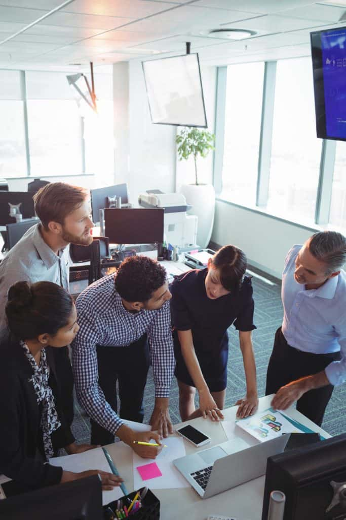 cinq collaborateurs qui travaillent ensemble dans un bureau