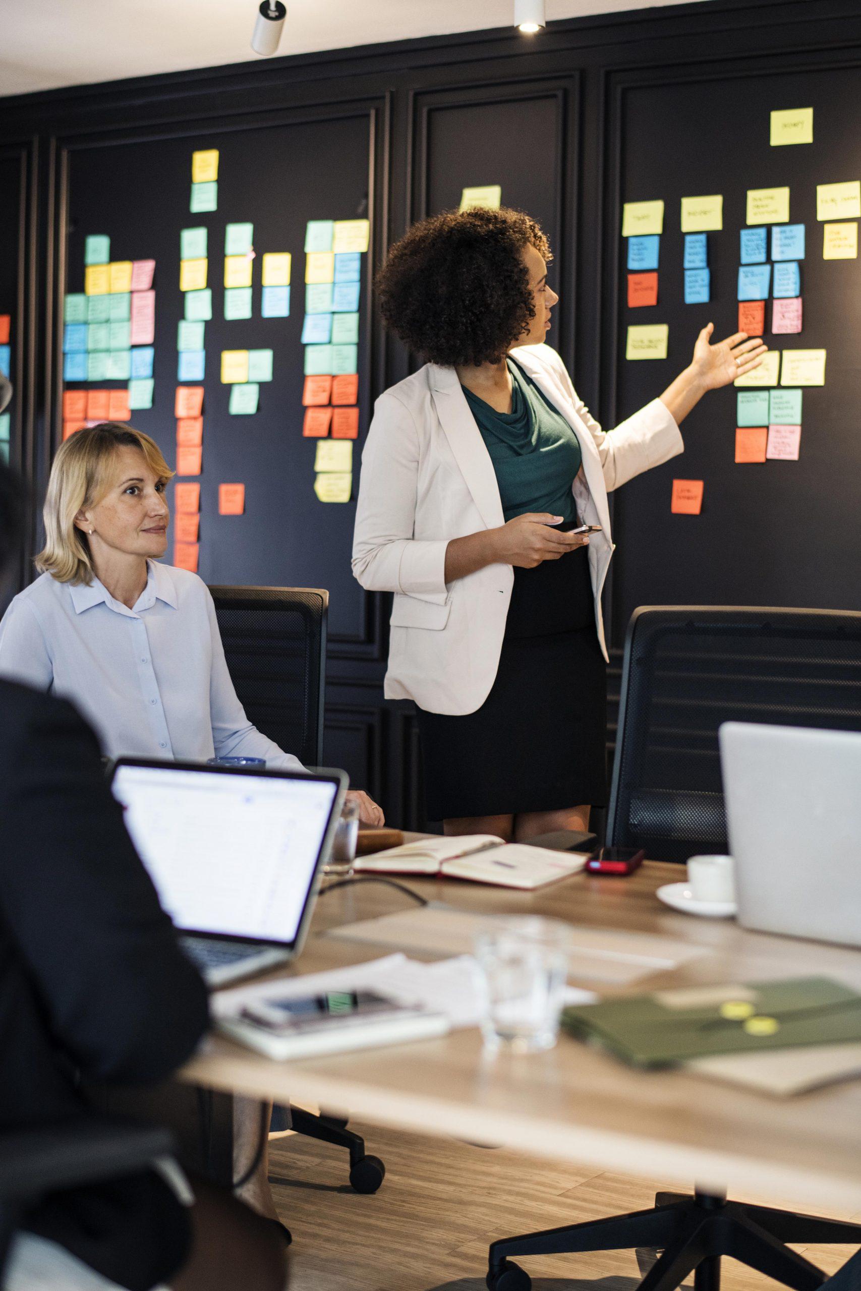 deux femmes lors d'une réunion de travail