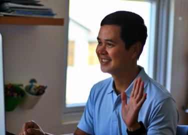 un homme qui fait un signe avec sa main