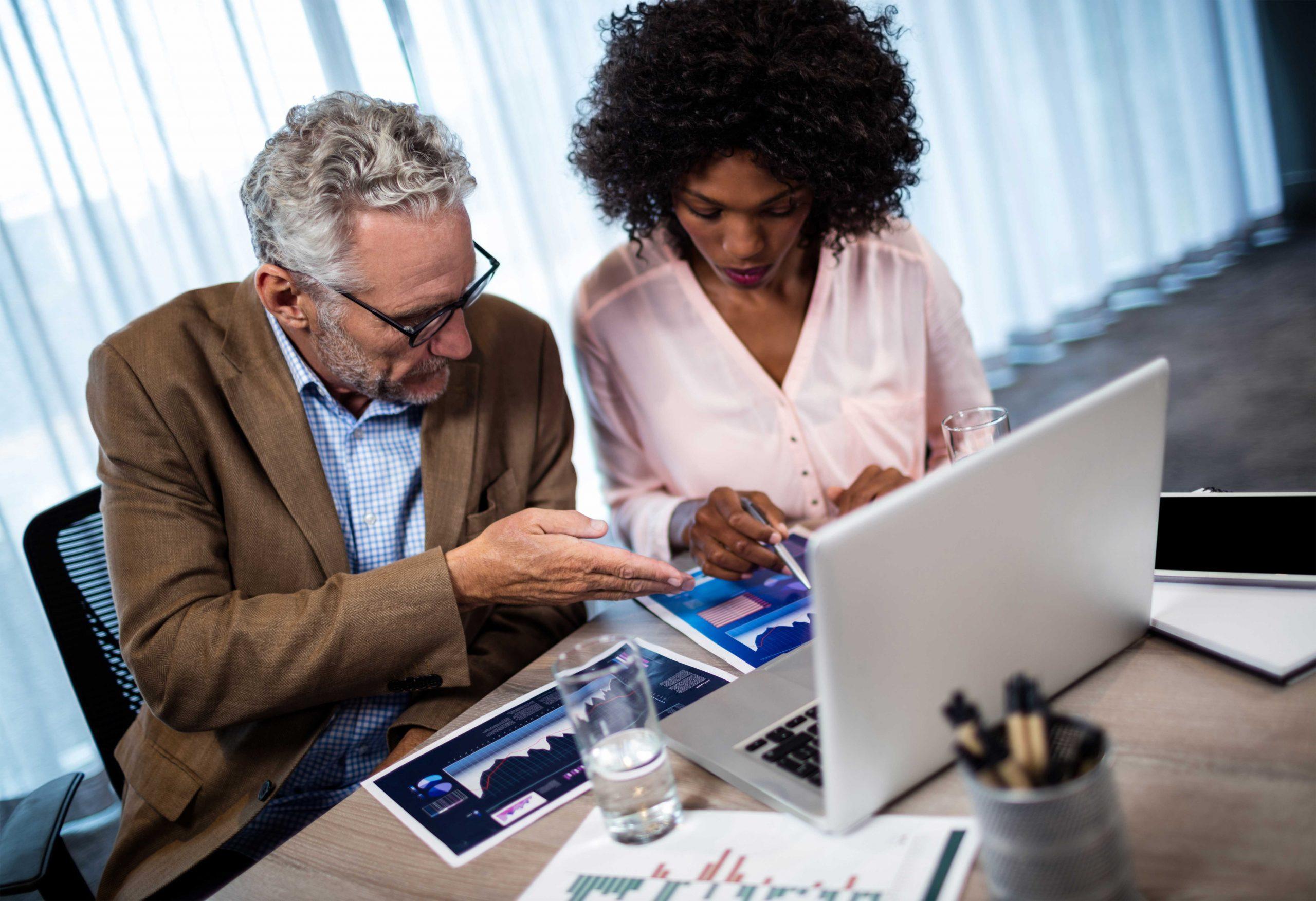 deux collaborateurs travaillent devant un ordinateur