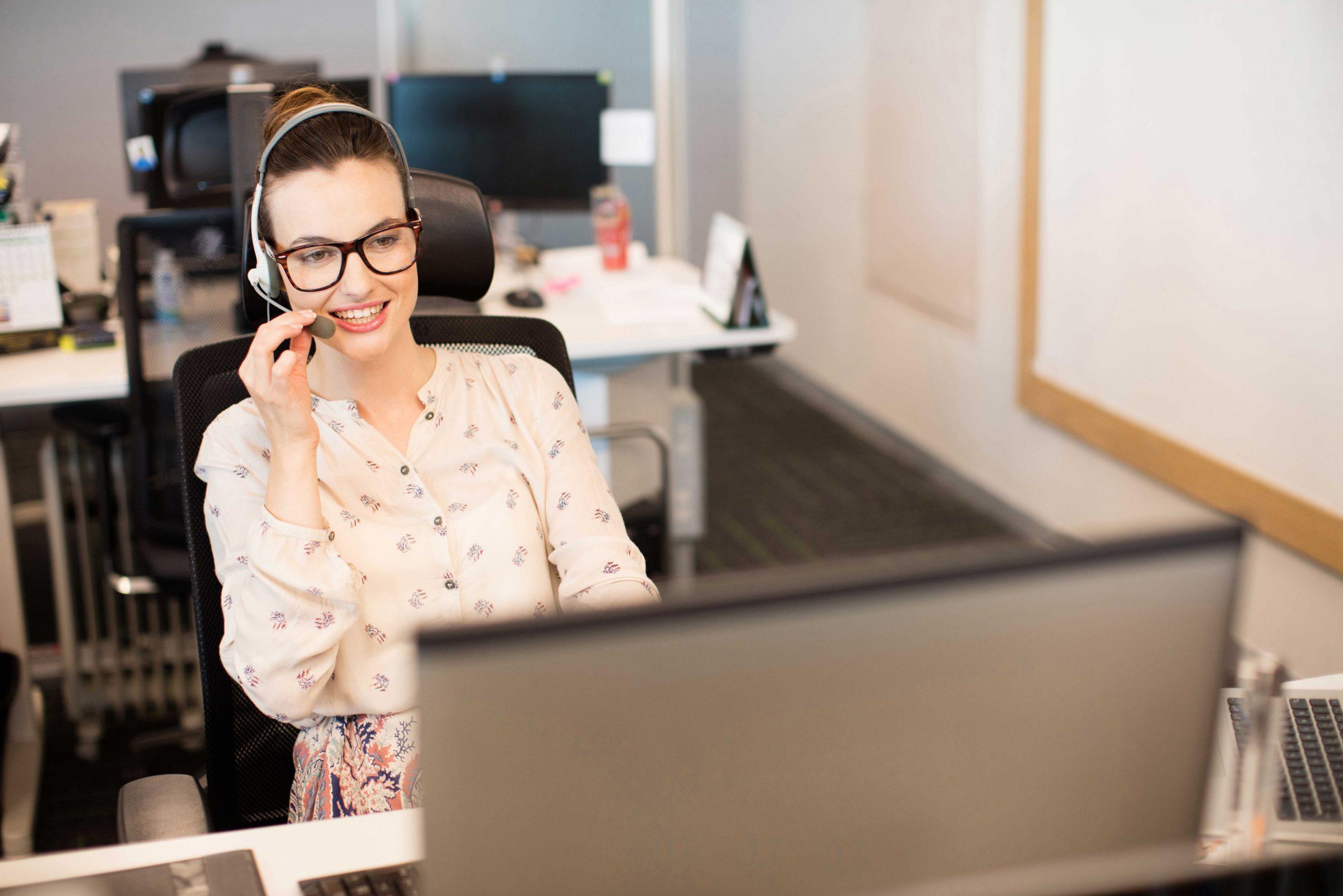 une femme avec un casque au bureau
