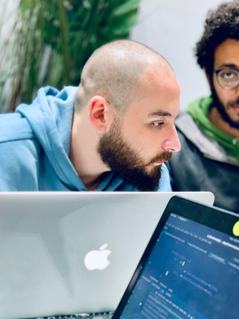 deux programmeurs avec des ordinateurs