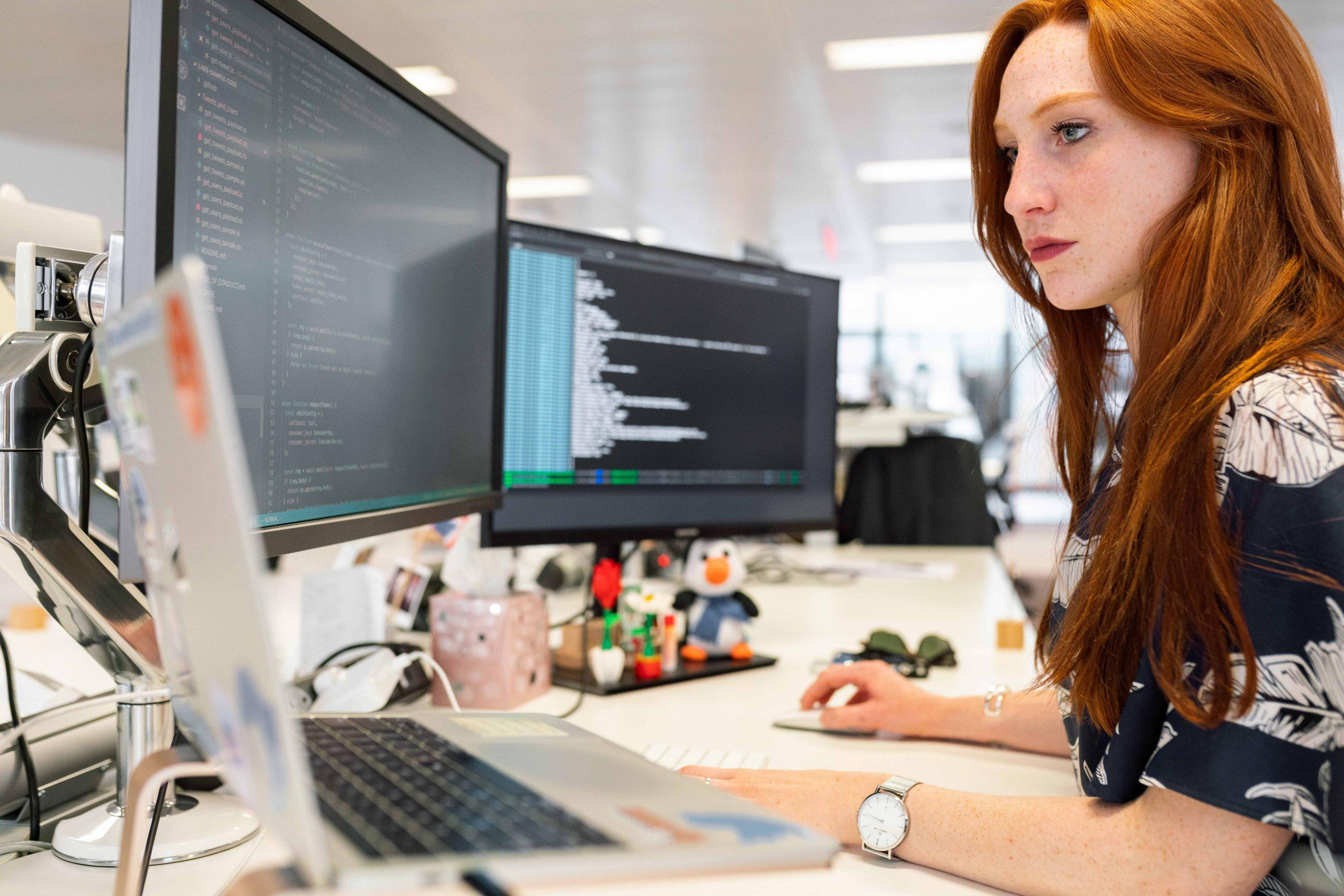 une développeuse qui regarde un ordinateur
