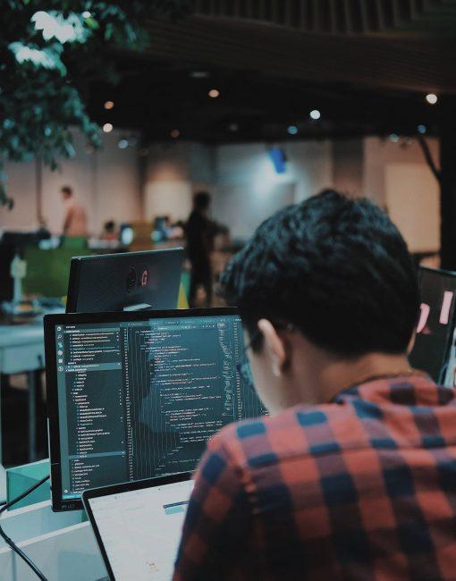 une jeune développeur devant un ordinateur